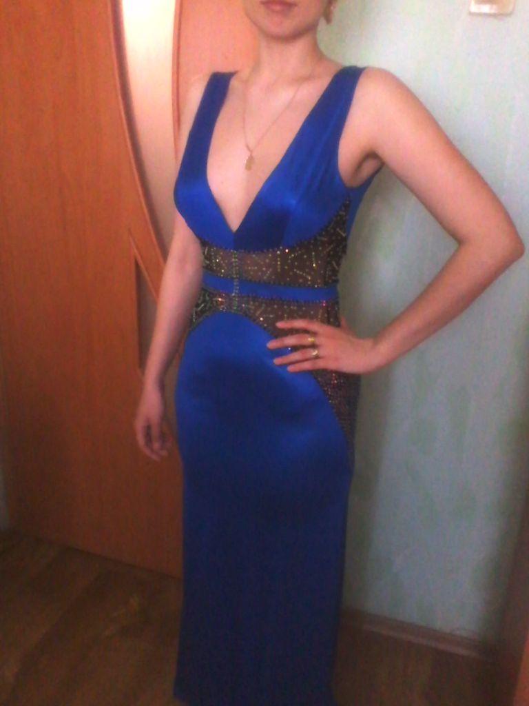 Длинное платье с фигурными вставками